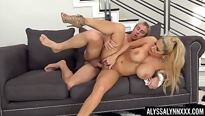 Fake boobs blondie Alyssa Lynn spreads her legs to ride a fat dick